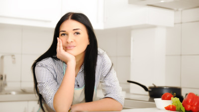 24954331 beautiful woman thinking in kitchen